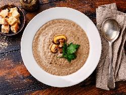 Гъбена крем супа с печурки, челядинки и пачи крак поднесена със запържени крутони - снимка на рецептата